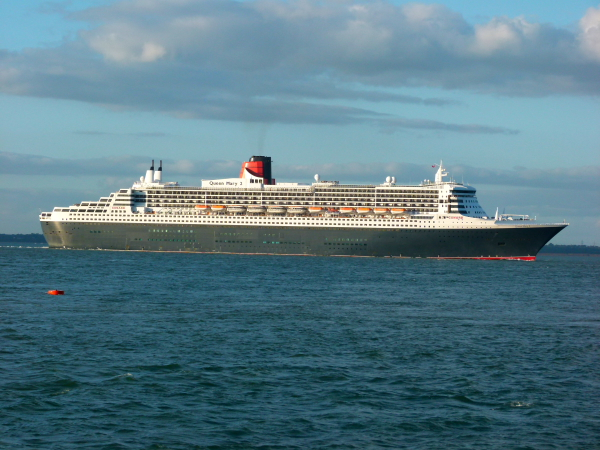 (2004) QUEEN MARY 2 @  Egypt Point, Isle of Wight