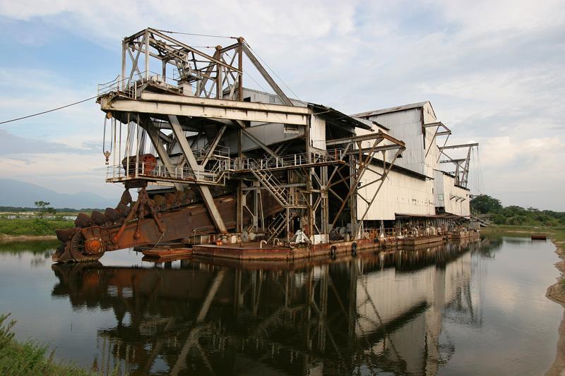 Tin ore dredging machine
