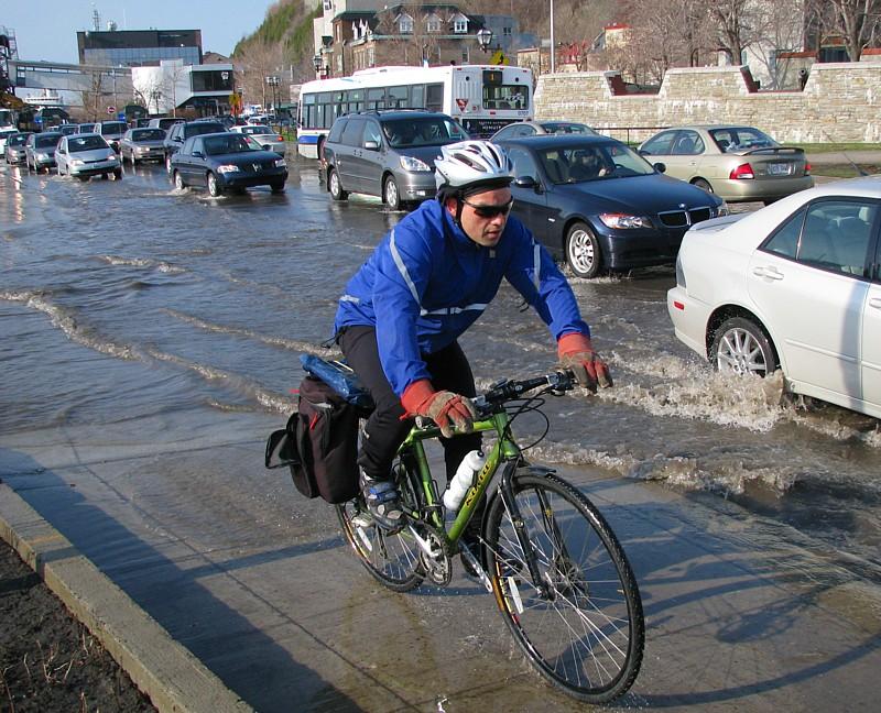 cycliste et marée haute