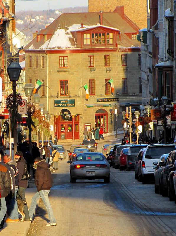 Pub St-Patrick dans laxe de la rue St-Jean