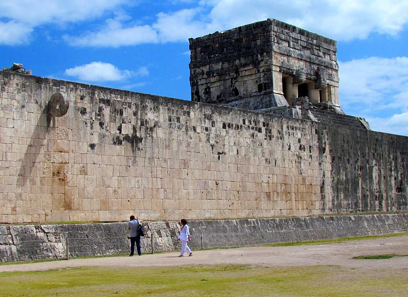 le temple adossé au jeu de balle
