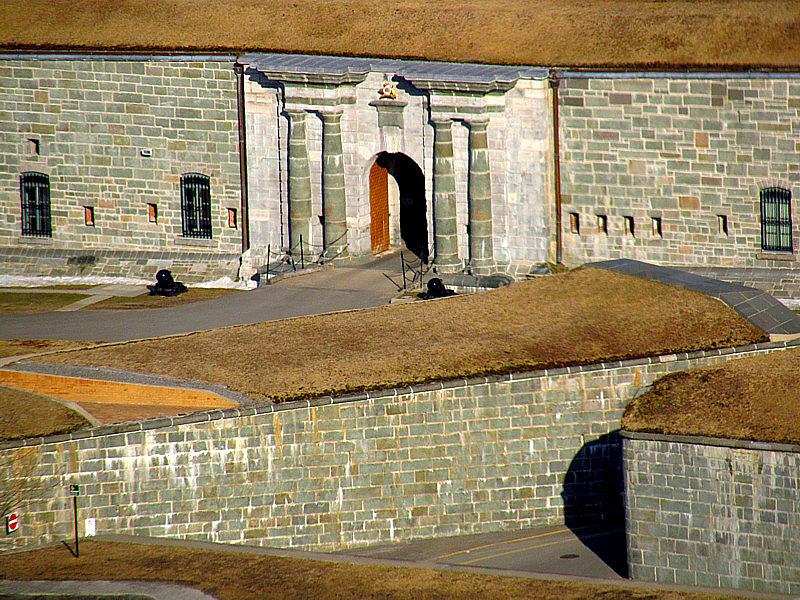 entrée de la citadelle  gardée par les canons