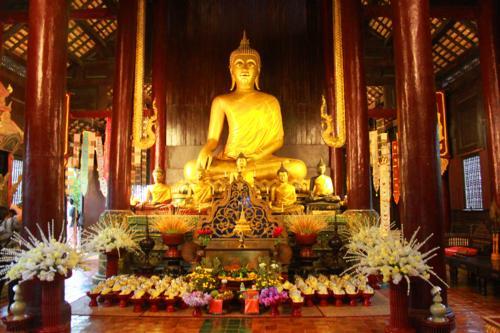 1206 Inside Wat Phan Thao.jpg