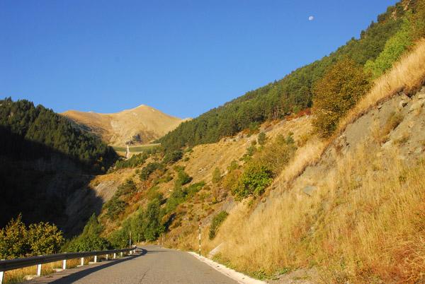 Road to Comallempla ski base above Arinsal