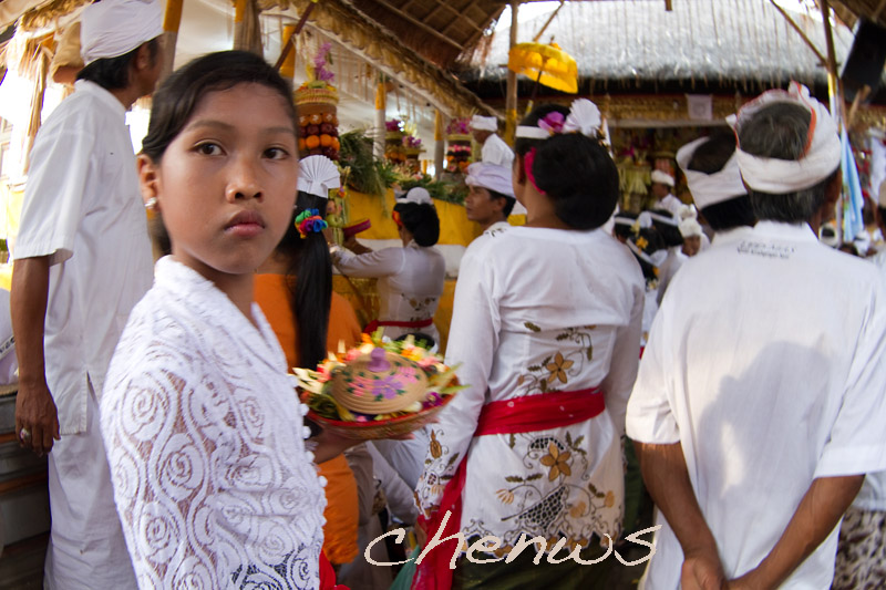 Young girl at the temple _MG_2233.jpg