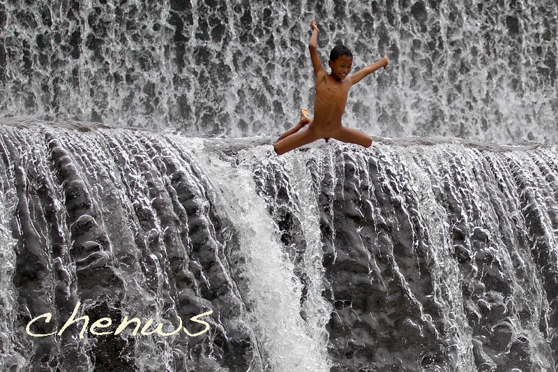 Leaping from the spillway _MG_3458.jpg
