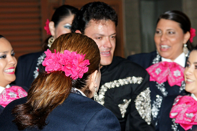 Mariachi Mujer 2000 and Pedro Fernández.jpg