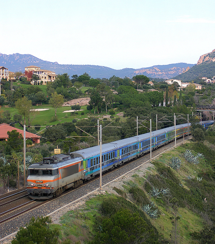 An unidentified BB22200 Class and a Téoz train at Agay.