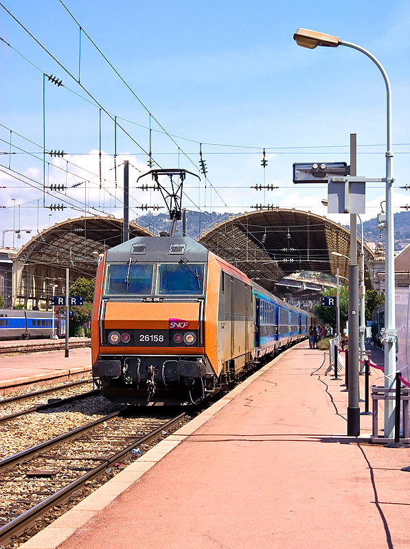 The BB26158 and a Téoz-train at Nice-Ville station.