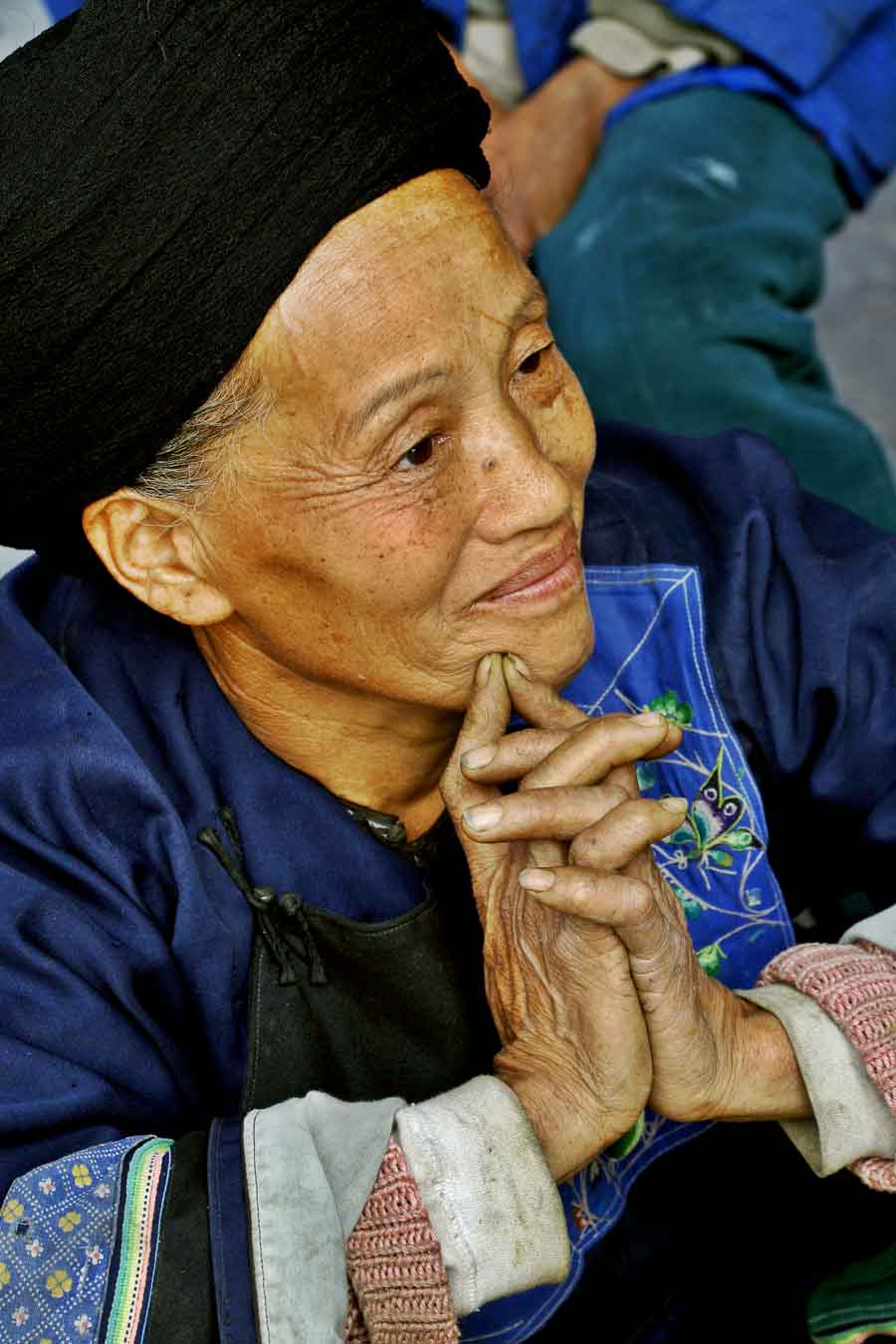 Elder during work with pyracantha. Horseneck, China.