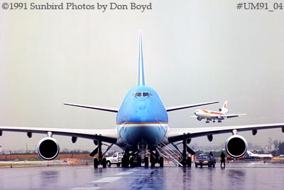 1991 - USAF VC-25A (747-2G4B) Air Force One #82-9000 with Iberia DC10-30 landing behind it aviation stock photo #UM91_04
