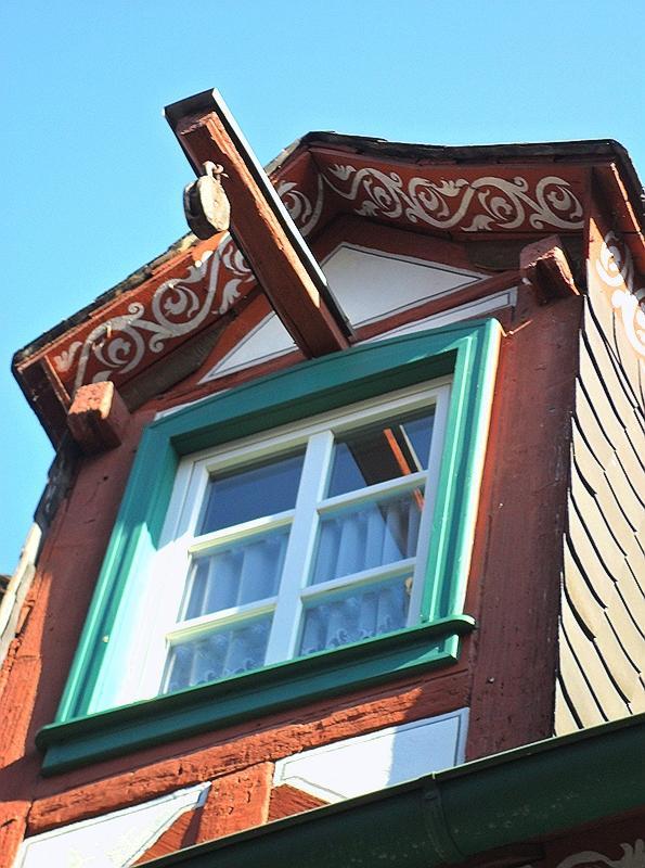 WINDOW WITH HOIST