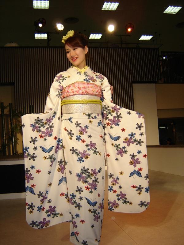 Nishijin Textile Center--西陣織會館和服秀