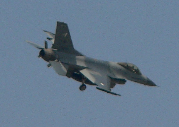 An F-16 approaching runway at Lahore (420mm, 12x zoom).jpg