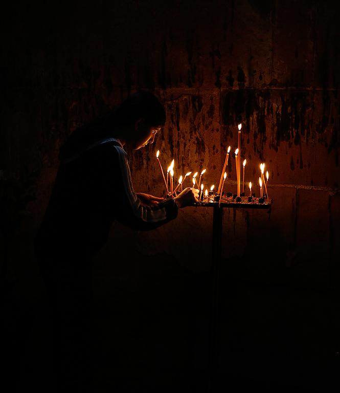 Lighting candles i Dzvan