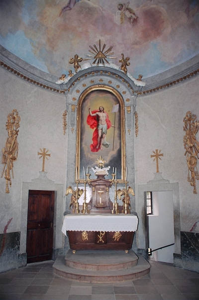 A mauz�leum belseje az olt�rral - The inside of the mausoleum with the altar.jpg