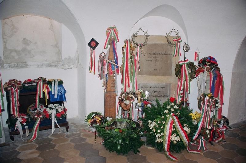 A kegyelet koszor�i - Enshrining the memory of the Sz�chenyi family 01.jpg