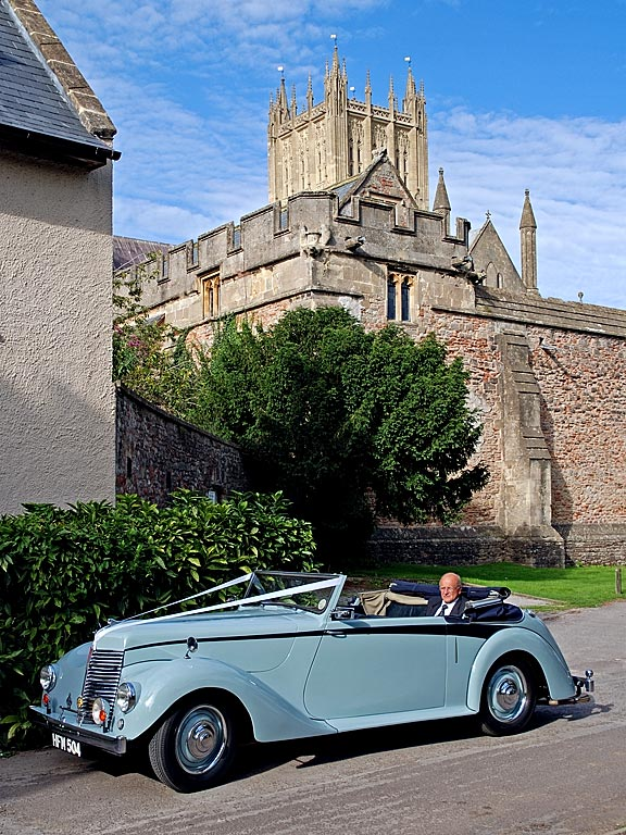 Car and cathedral, Wells (4677)