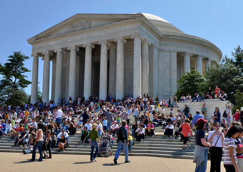 Holiday crowds, Jefferson Memorial