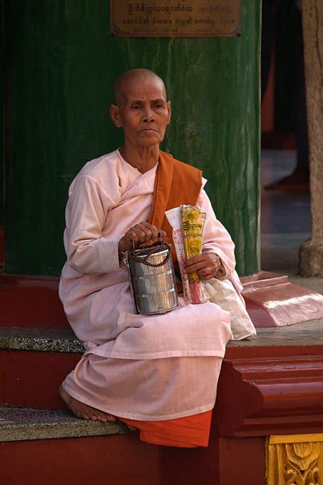 009 - Nun, Swedagon pagoda