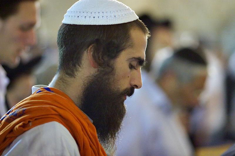 Anti Gaza disengagement protestor praying at the Western Wall