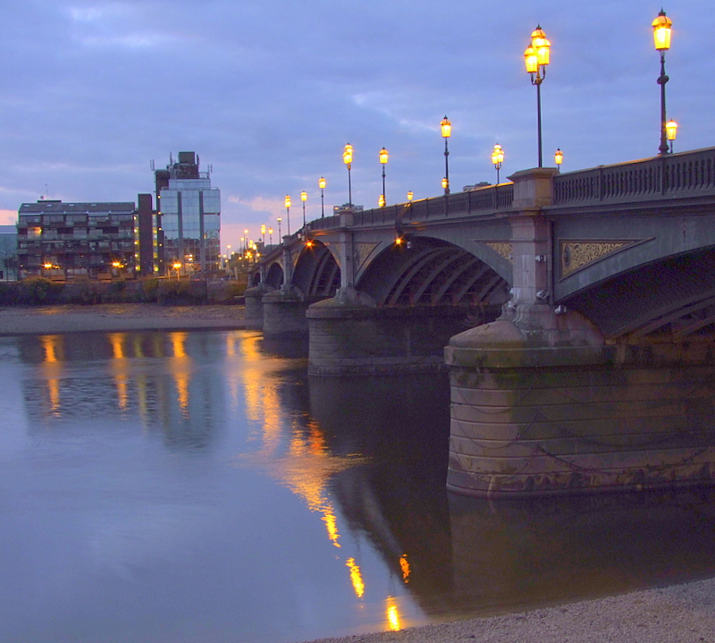 Battersea Bridge before the dawn