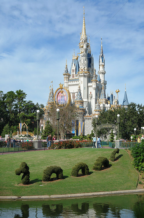 <b>Sea Serpent Topiary and Cinderellas Castle</b><br><font size=2>Magic Kingdom