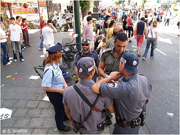 Police on Tel-Aviv street shows