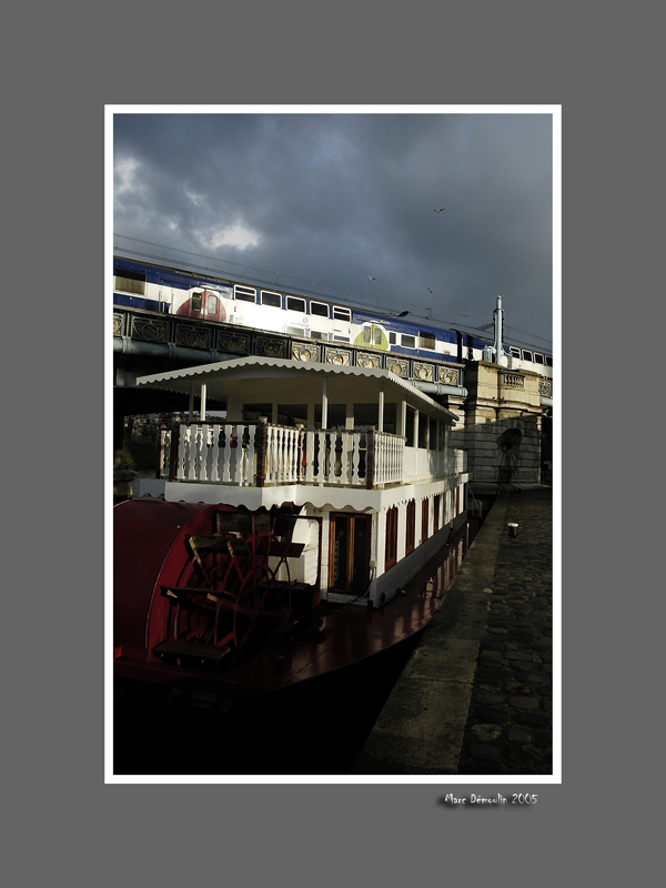Port de Grenelle, boat and subway