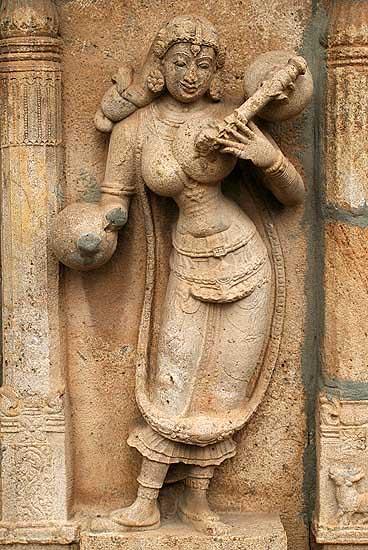 Lady playing the veena at Ranganatha temple in Srirangam, Tamil Nadu.