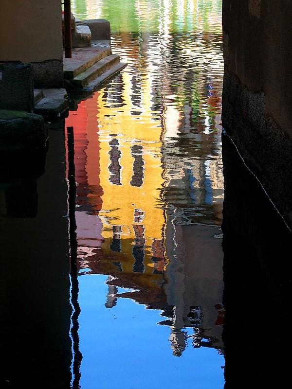 Annecy,  le reflet des maisons