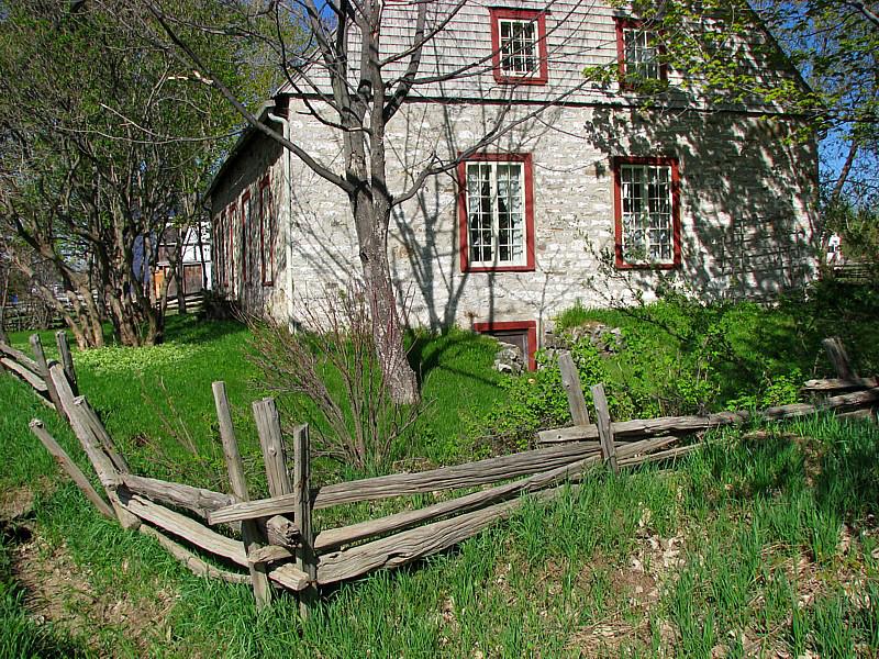 clôture et vieille maison