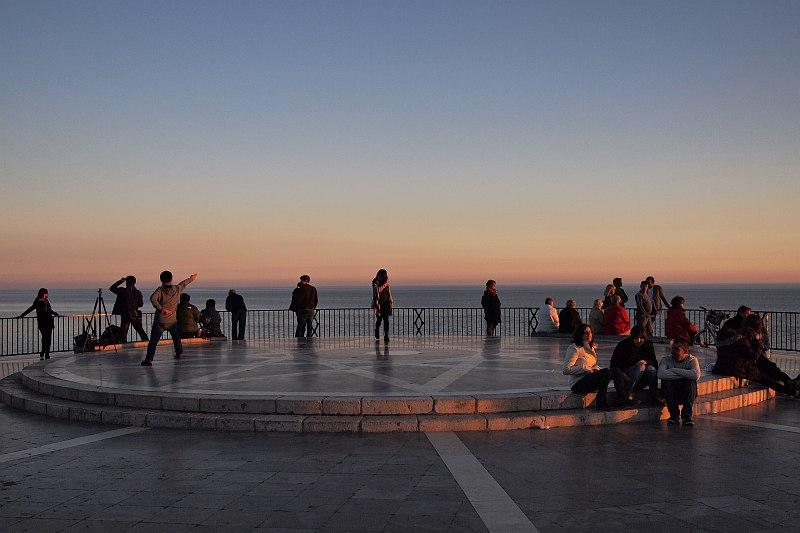 Nerja - sunset watchers, Balcon de Europa