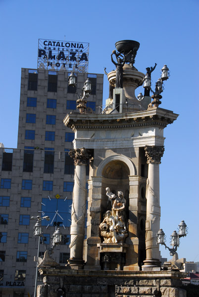 Fountain by Josep Maria Jujol, Plaça dEspanya