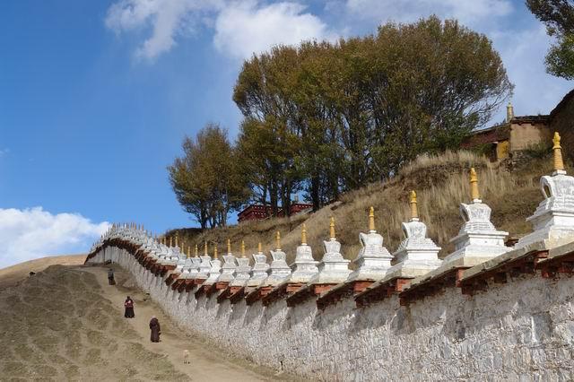Praying arround Litong Monastery
