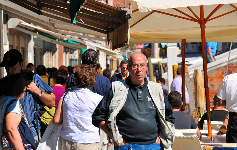 Shops, bars, restaurants, monuments, a lot of people want to visit Murano