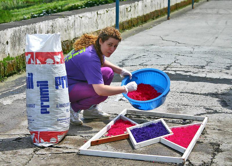 Sandy Decorating the Street
