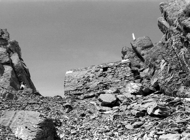 Brèche et refuge de Tuquerouye (2666 m), versant sud