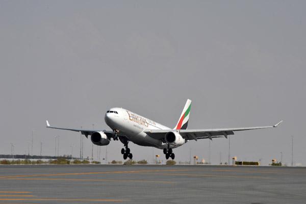 Emirates A330-200 landing (A6-EAI)