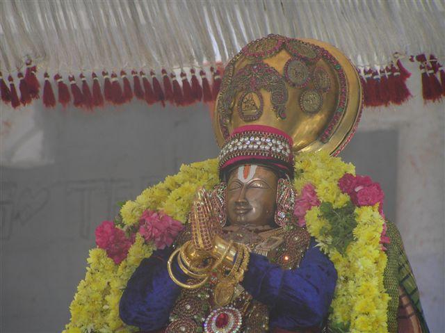 68_SwamiDoingMangalasasanam.JPG