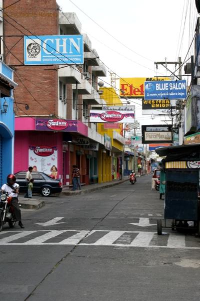 Una de las Calles Principales y Comerciales