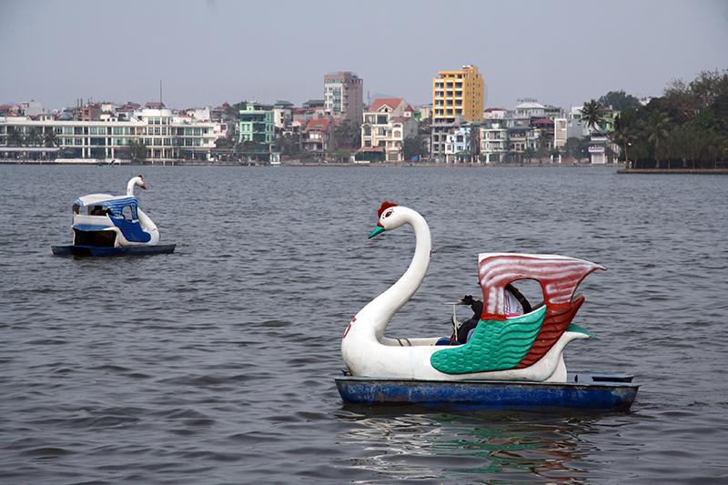 Pédalos en forme de cygne. Le kitch est souvent présent au Vietnam.