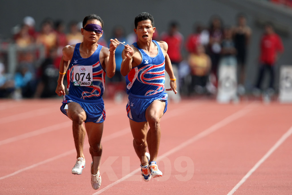 Thailands Kitsana Jorchuy with sighted guide (1CWS1413.jpg)