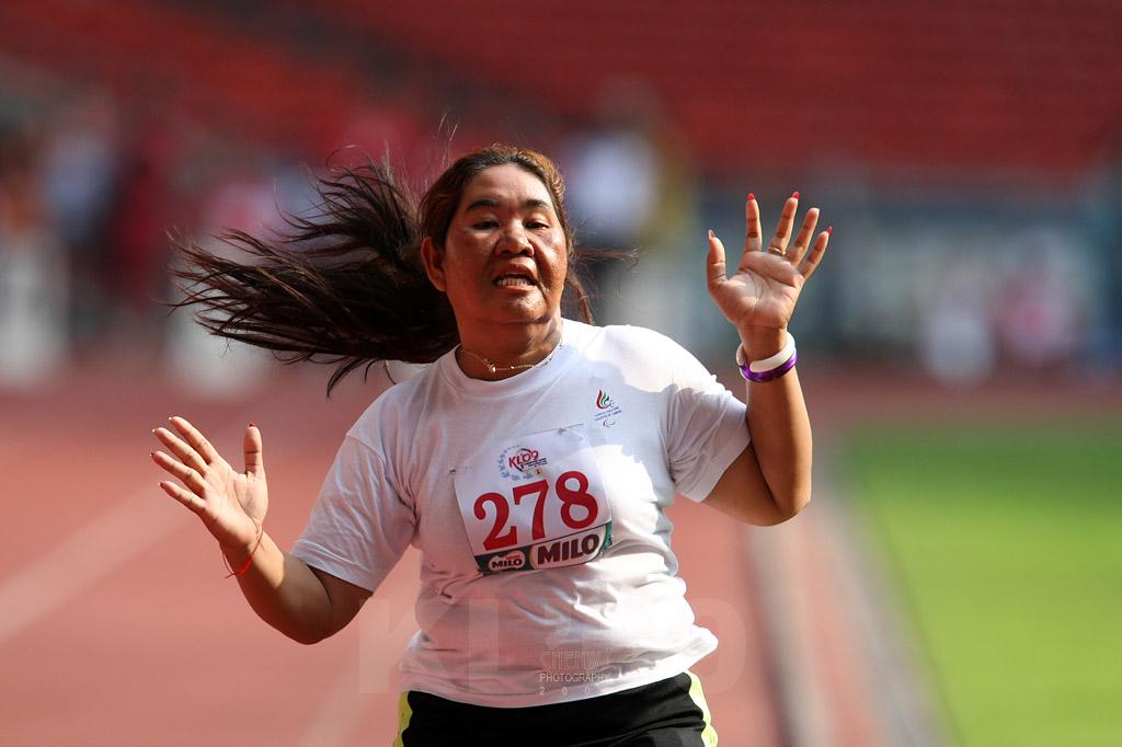 Cambodias Ok Pram grimaces in pain at the finishing line (1CWS1312.jpg)