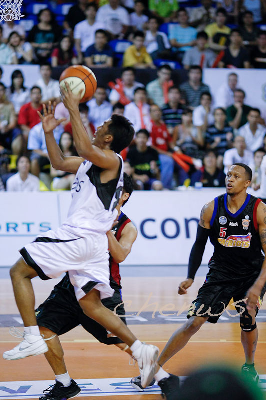 Guganeswaran attempting a layup (5657)