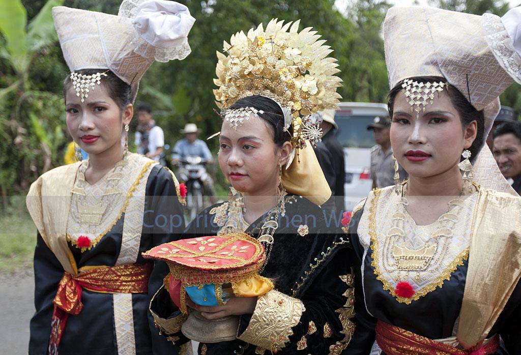 Traditional Minangkabau dresses and headgear