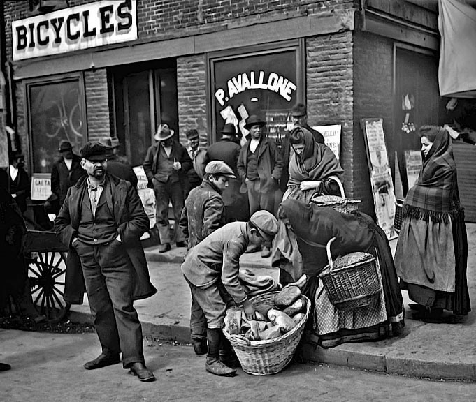 1900 - Buying bread on Mulberry Street