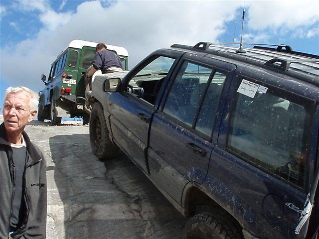 Jeep fick draghjlp av Landy.jpg