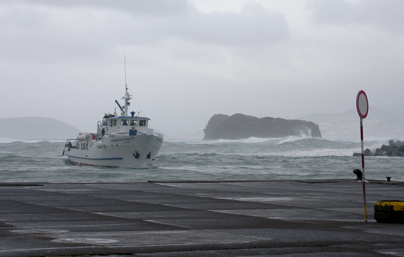 The ferry Faial-Pico arrives in storm OZ9W0197