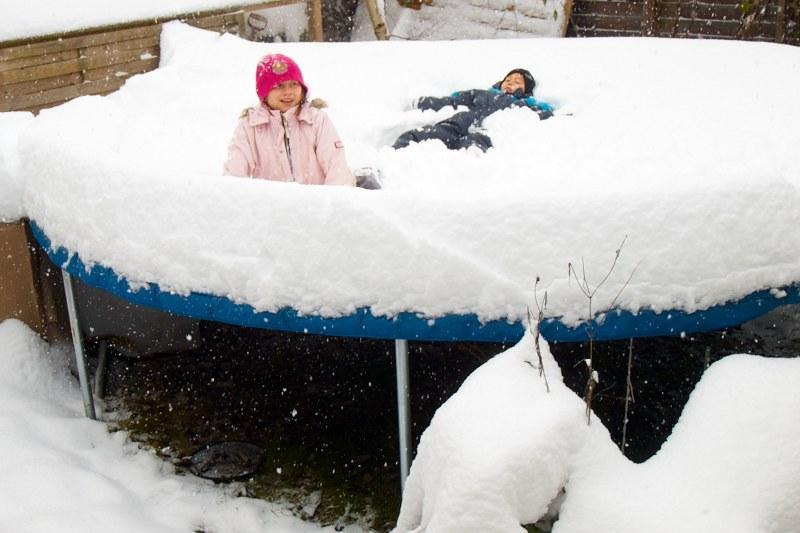2010-11-27 Snow on trampolin